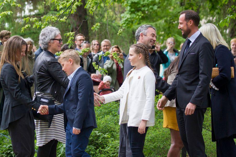 La princesse Ingrid Alexandra et le prince Sverre Magnus de Norvège avec leurs parents, à Oslo, le 19 mai 2016