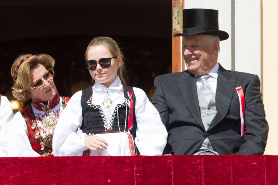 La princesse Ingrid Alexandra avec le roi Harald V et la reine Sonja de Norvège à Oslo, le 17 mai 2016