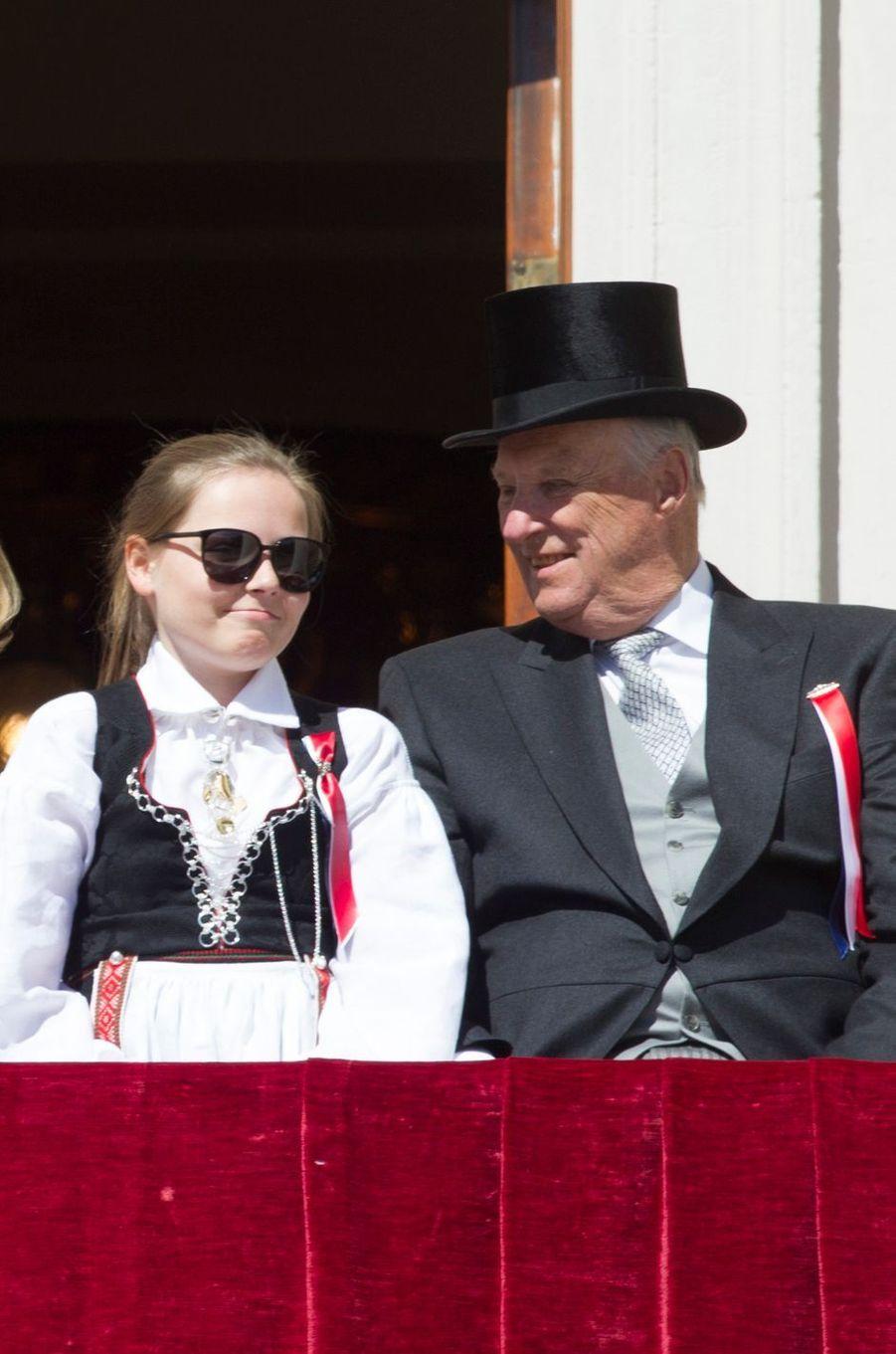 La princesse Ingrid Alexandra et le roi Harald V de Norvège à Oslo, le 17 mai 2016