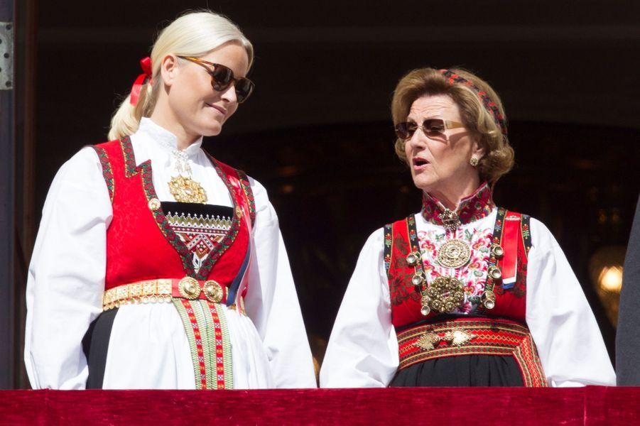 La princesse Mette-Marit et la reine Sonja de Norvège à Oslo, le 17 mai 2016