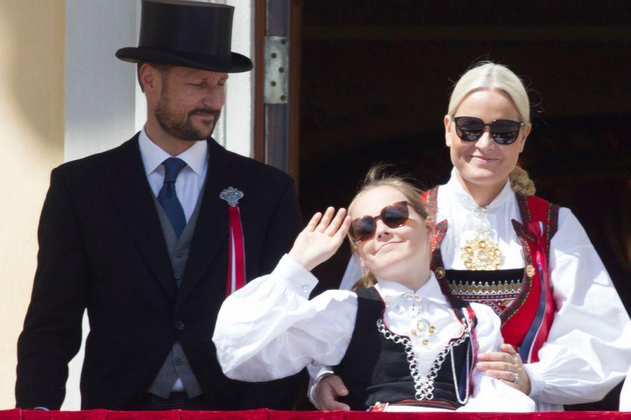 La princesse Mette-Marit et le prince Haakon de Norvège avec leur fille Ingrid Alexandra à Oslo, le 17 mai 2016