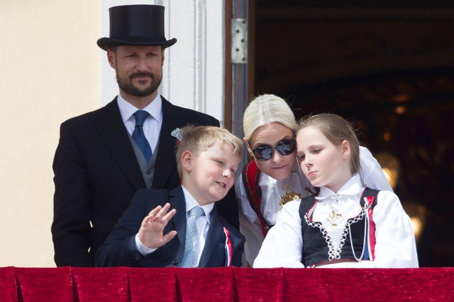 La princesse Mette-Marit et le prince Haakon de Norvège avec leurs enfants à Oslo, le 17 mai 2016