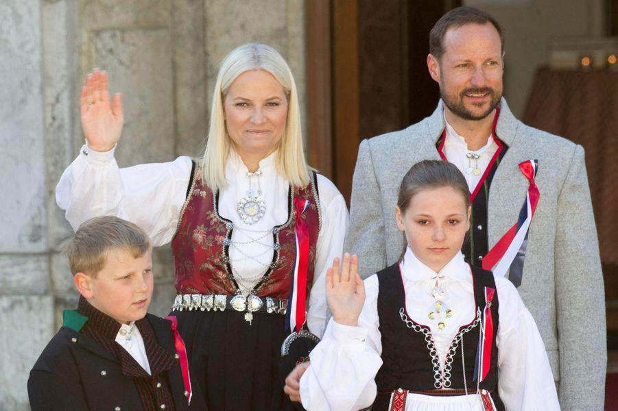La princesse Mette-Marit et le prince Haakon de Norvège avec leurs enfants à Skaugum, le 17 mai 2016
