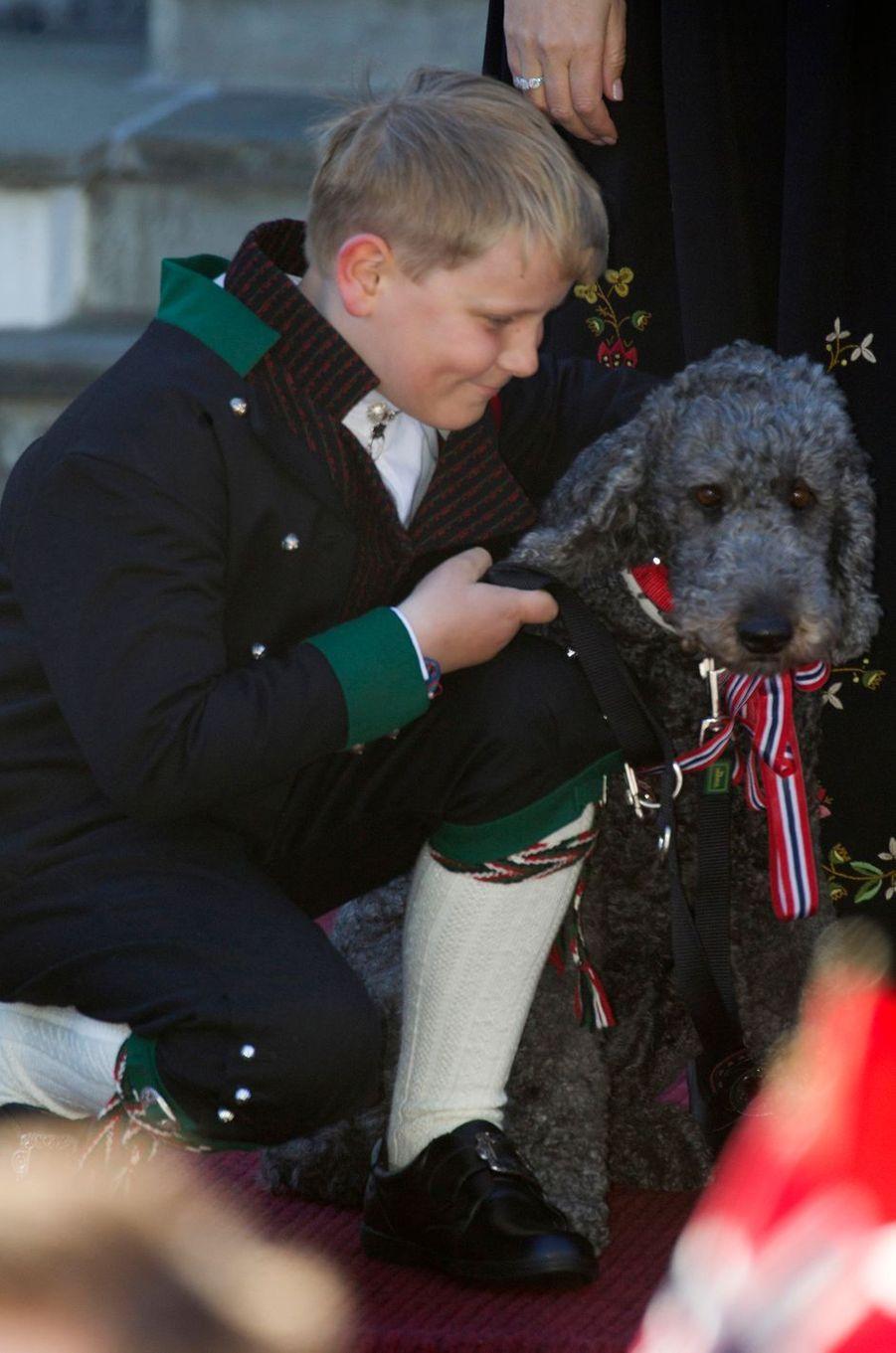 Le prince Sverre Magnus de Norvège avec son chien Milly Kakao à Skaugum, le 17 mai 2016