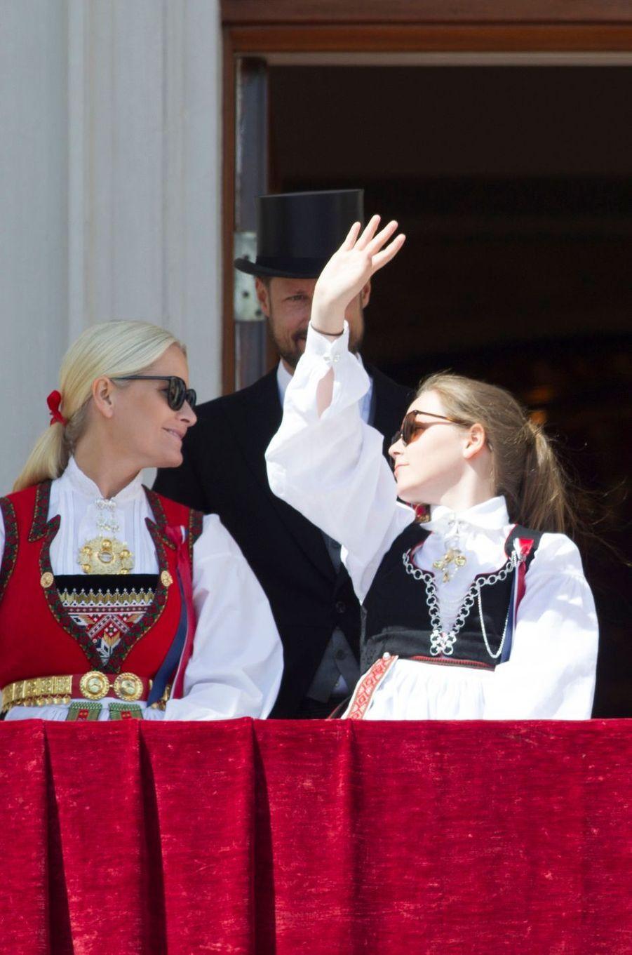 Les princesses Mette-Marit et Ingrid Alexandra de Norvège à Oslo, le 17 mai 2016