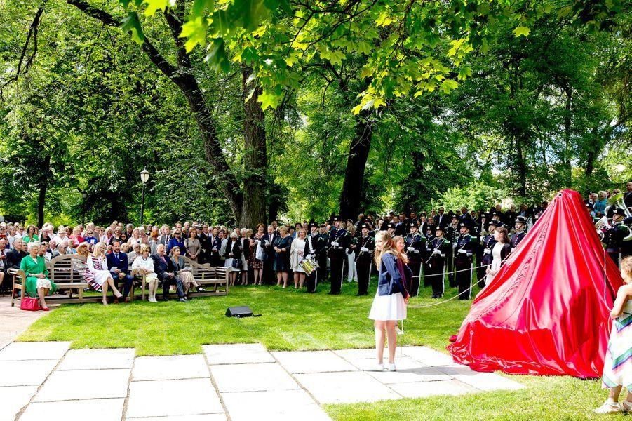 Les petits-enfants de la reine Sonja de Norvège dévoilent sa statue à Oslo, le 4 juillet 2017