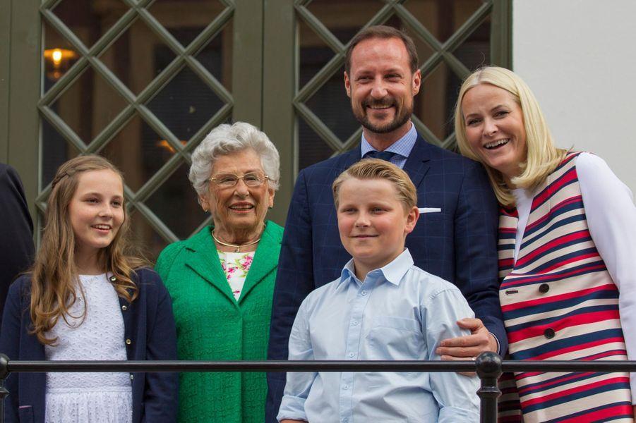 La princesse Mette-Marit et le prince Haakon de Norvège avec leurs enfants et la princesse Astrid à Oslo, le 4 juillet 2017
