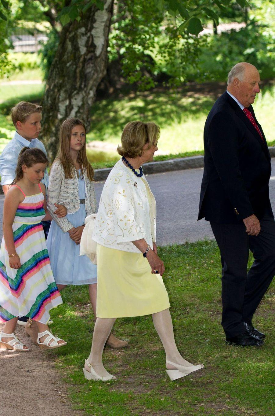 La reine Sonja et le roi Harald V de Norvège avec trois de leurs petits-enfants à Oslo, le 4 juillet 2017