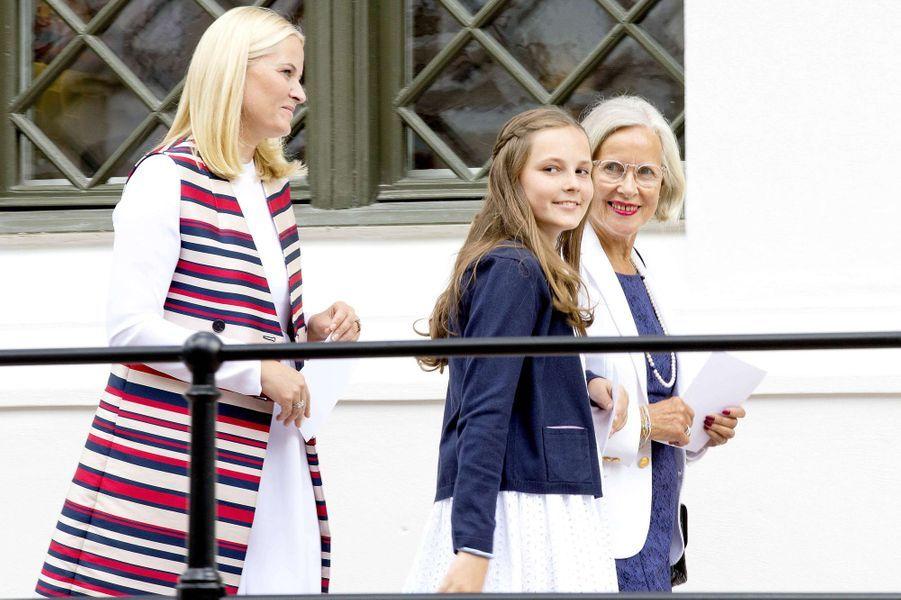 La princesse Ingrid Alexandra de Norvège avec sa mère et sa grand-mère maternelle à Oslo, le 4 juillet 2017