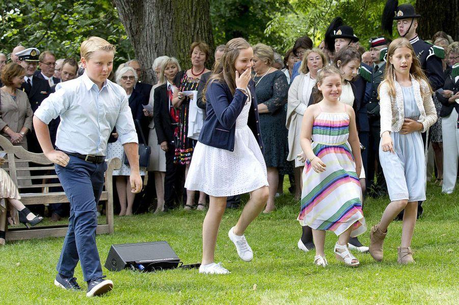 Le prince Sverre Magnus et la princesse Ingrid Alexandra de Norvège avec Emma Tallulah et Leah Isadora Behn à Oslo, le 4 juillet 2017