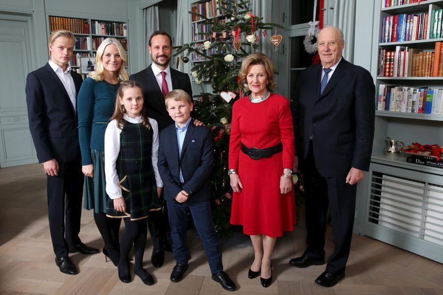 La princesse Mette-Marit avec la famille royale de Norvège pour la séance des photos de Noël, le 14 décembre 2015