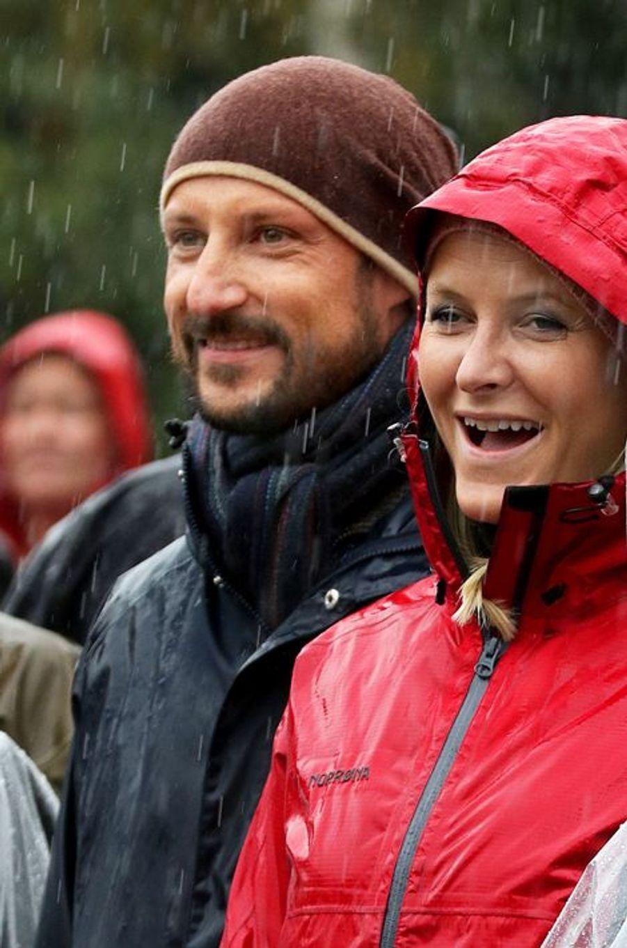 La princesse Mette-Marit avec le prince Haakon de Norvège à Akershas lors d'une visite arrosée, le 17 septembre 2015