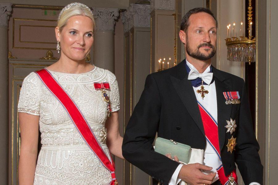 La princesse Mette-Marit avec le prince Haakon de Norvège au dîner du Parlement à Oslo, le 22 octobre 2015