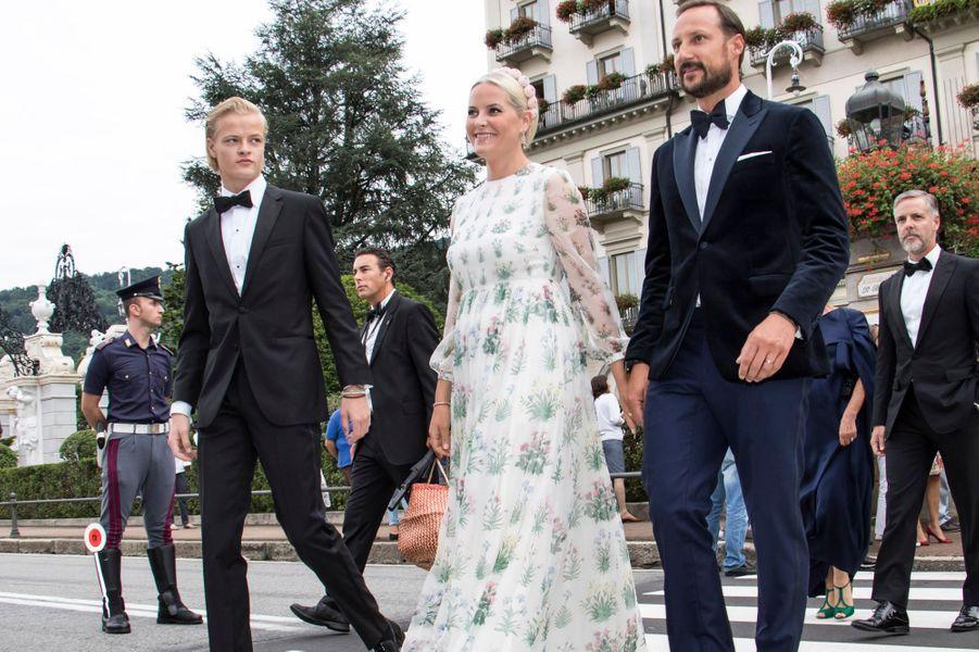 La princesse Mette-Marit avec son fils aîné Marius Borg Hoiby et le prince Haakon de Norvège aux îles Borromées, le 1er août 2015