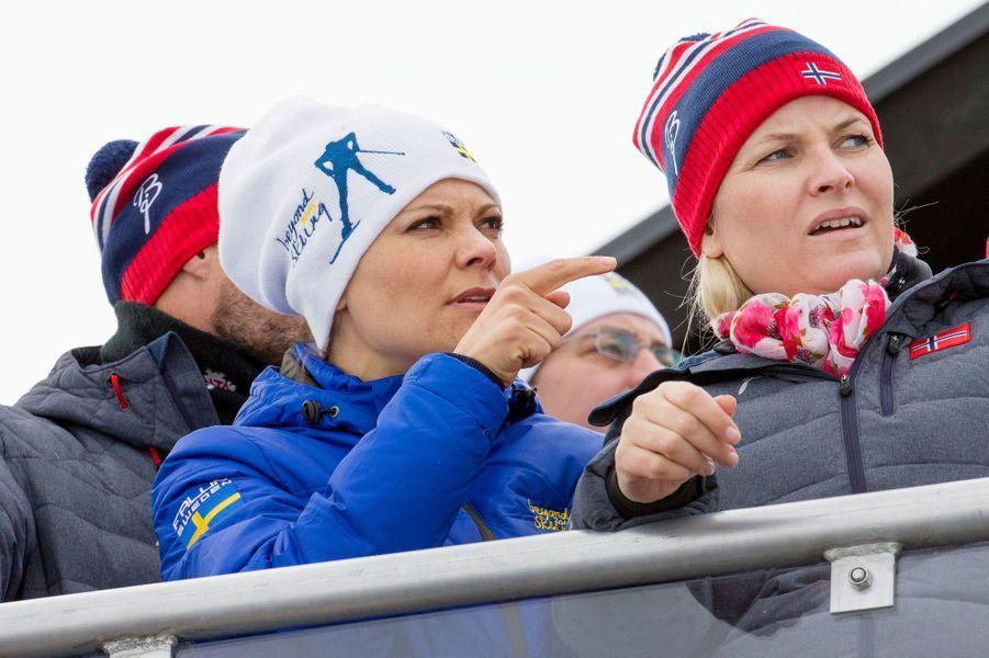 La princesse Mette-Marit de Norvège avec la princesse Victoria de Suède à Falun en Suède, le 28 février 2015