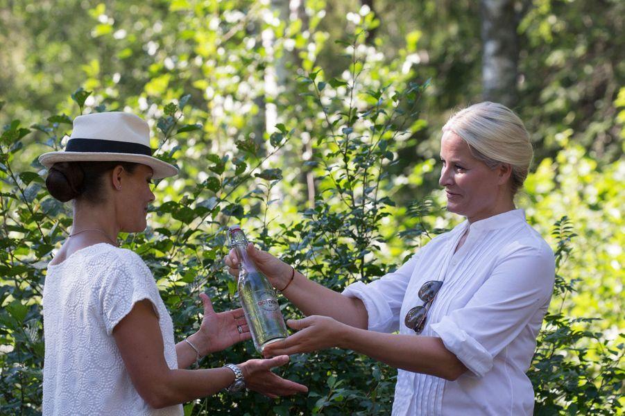 La princesse Mette-Marit de Norvège avec la princesse Victoria de Suède à Halden, le 22 août 2015