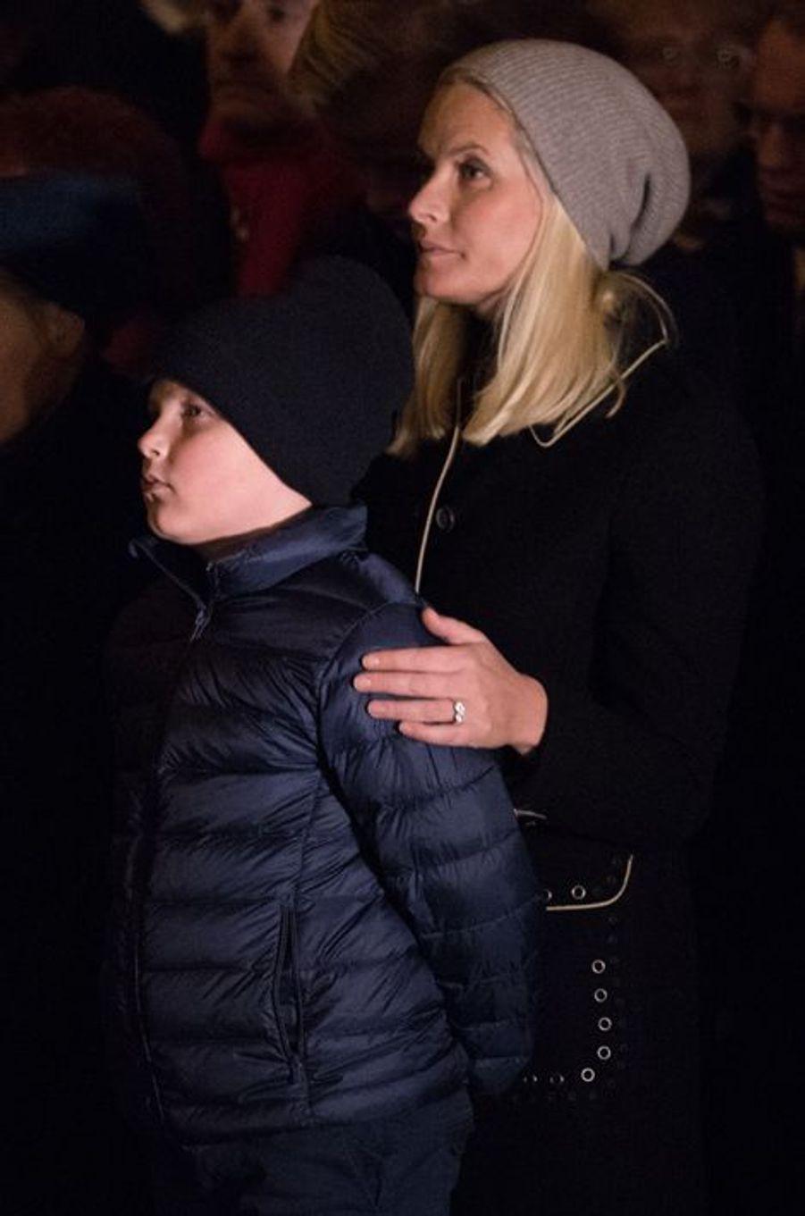 La princesse Mette-Marit de Norvège avec ses enfants à une cérémonie à Oslo pour les victimes des attentats de Paris, le 17 novembre 2015