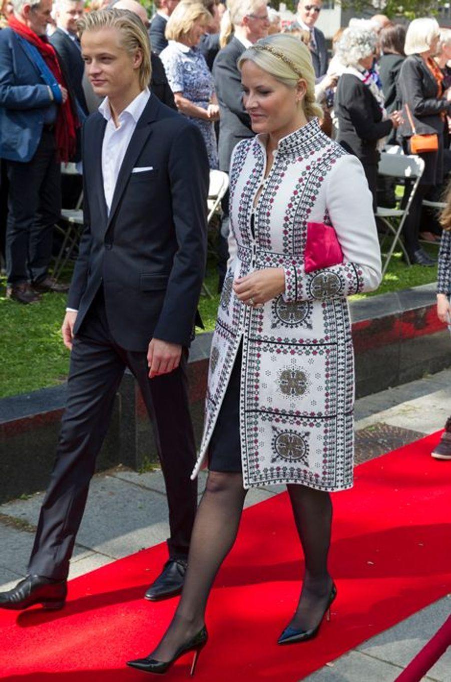 La princesse Mette-Marit de Norvège avec son fils aîné Marius Borg Hoiby à Oslo, le 7 juin 2015