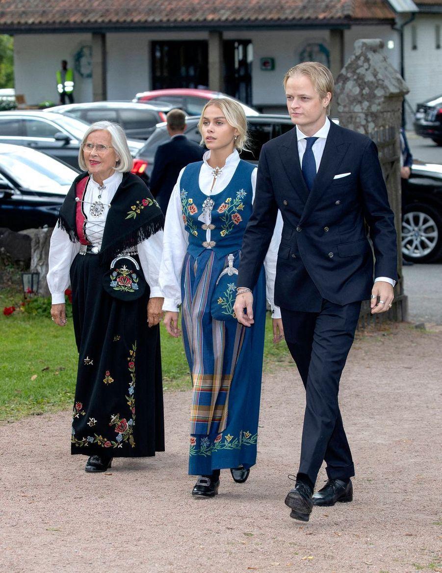 Marit Tjesset avec son petit-fils Marius Borg Hoiby et la petite-amie de celui-ci, le 5 septembre 2020 à Asker