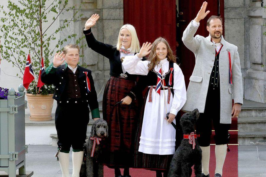 La princesse Mette-Marit et le prince Haakon de Norvège avec la princesse Ingrid Alexandra et le prince Sverre Magnus à Asker, le 17 mai 2018