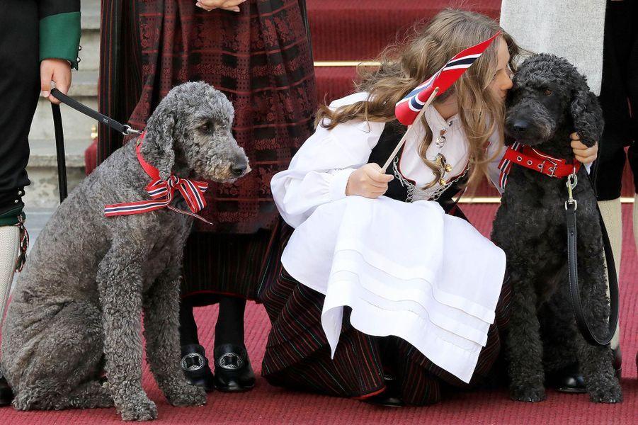 La princesse Ingrid Alexandra de Norvège et ses chiens à Asker, le 17 mai 2018