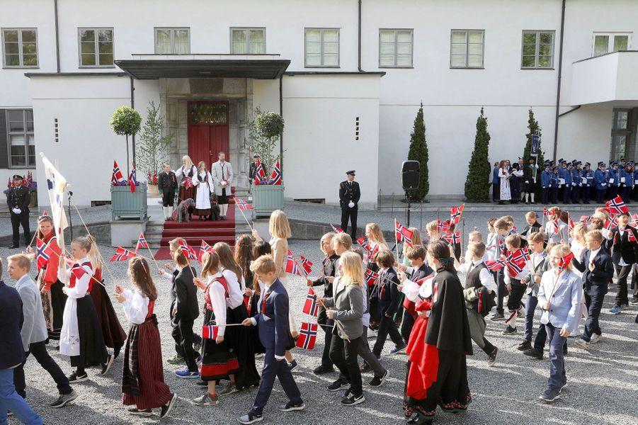 La princesse Mette-Marit et le prince Haakon de Norvège avec leurs enfants à Asker, le 17 mai 2018