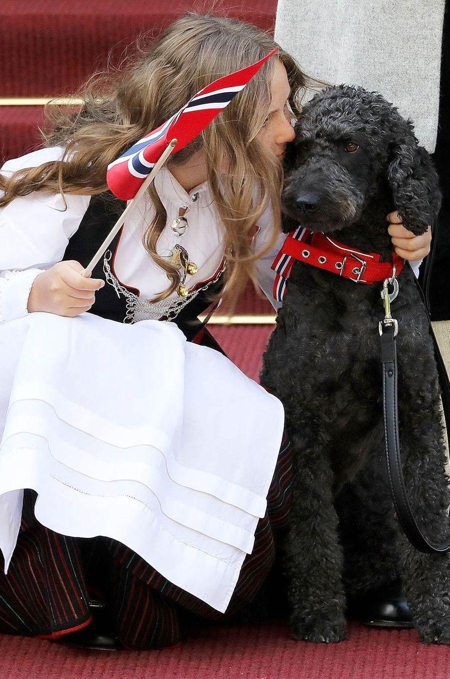 La princesse Ingrid Alexandra de Norvège et son chien Muffins Kråkebolle à Asker, le 17 mai 2018
