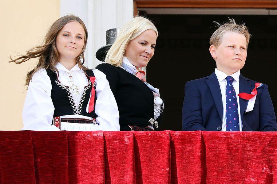 Les princesses Ingrid Alexandra et Mette-Marit et le prince Sverre Magnus de Norvège à Asker, le 17 mai 2018