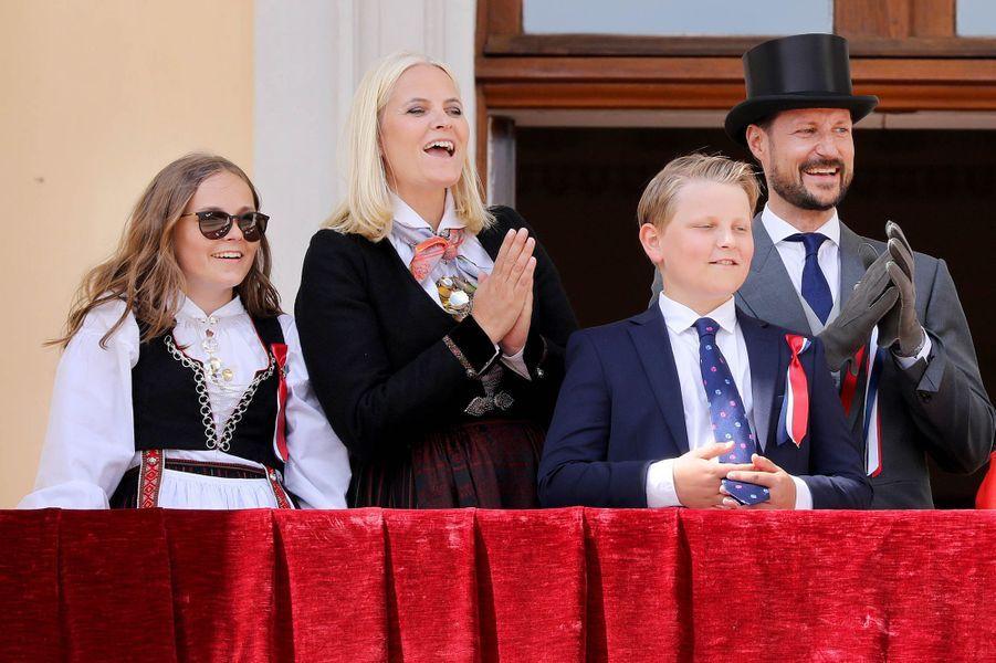 La princesse Mette-Marit et le prince Haakon de Norvège avec leurs enfants à Oslo, le 17 mai 2018