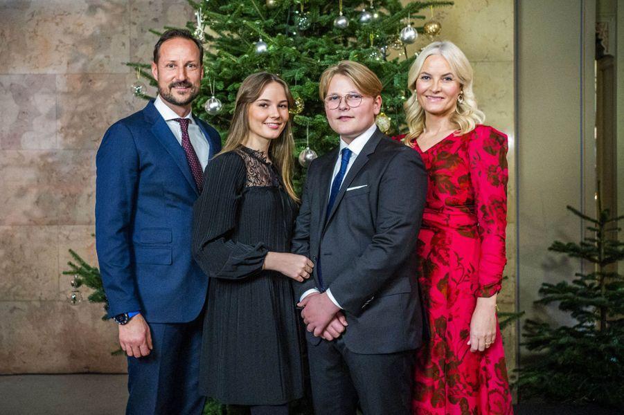 Le prince héritier Haakon de Norvège et la princesse Mette-Marit avec leurs deux enfants à Oslo, le 15 décembre 2020