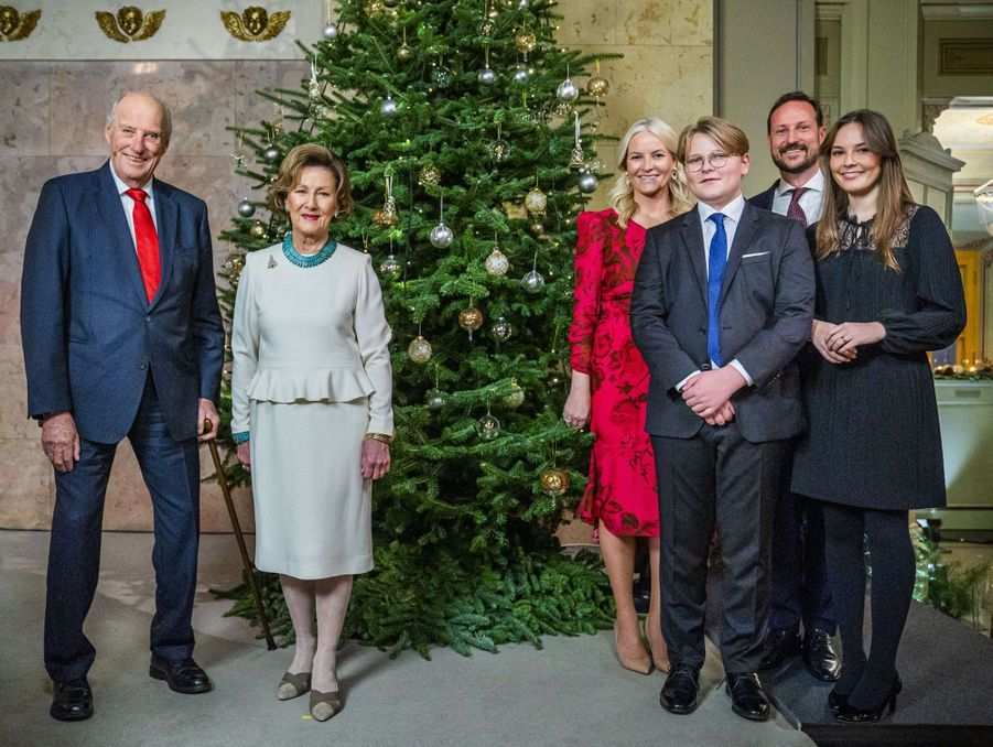 Le roi Harald V de Norvège, la reine Sonja, le prince héritier Haakon, la princesse Mette-Marit, la princesse Ingrid Alexandra et le prince Sverre Magnus à Oslo, le 15 décembre 2020