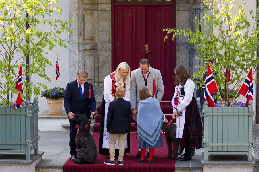La princesse Mette-Marit et le prince Haakon de Norvège avec leurs enfants et leurs chiens à Asker, le 17 mai 2019