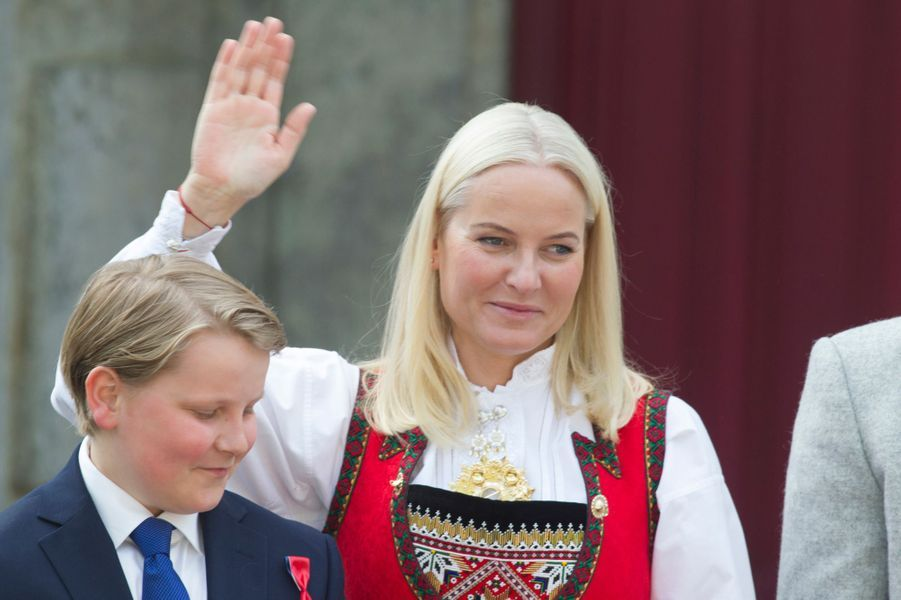 Le prince Sverre Magnus et la princesse Mette-Marit de Norvège à Asker, le 17 mai 2019