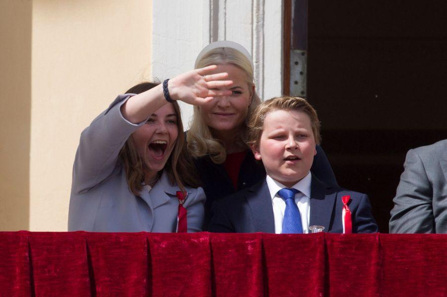 Les princesses Ingrid Alexandra et Mette-Marit et le prince Sverre Magnus de Norvège à Asker, le 17 mai 2019