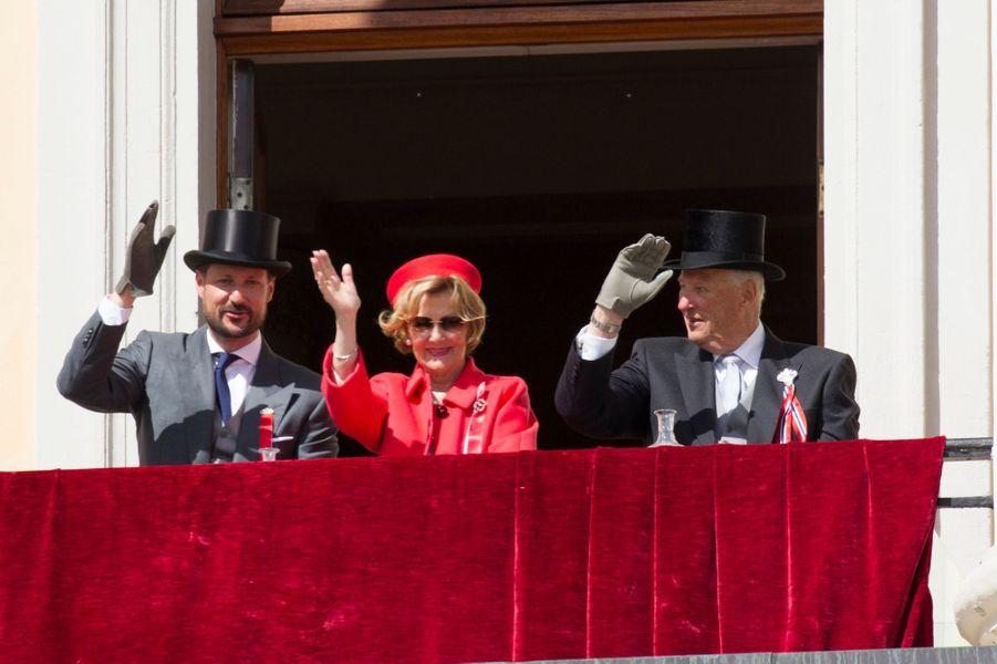 Le prince Haakon, la reine Sonja et le roi Harald V de Norvège à Oslo, le 17 mai 2019