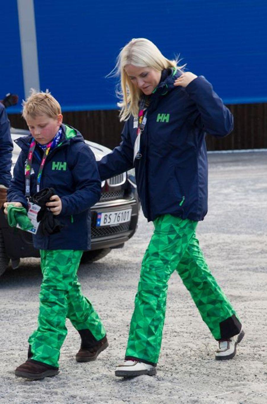 La princesse Mette-Marit de Norvège avec le prince Sverre Magnus aux JOJ à Lillehammer, le 12 février 2016