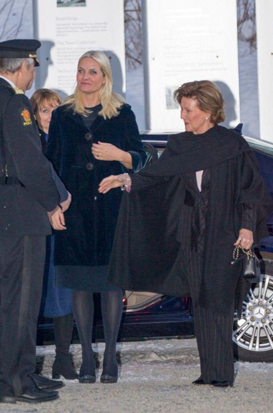 La reine Sonja de Norvège avec la princesse Mette-Marit au Musée olympique norvégien à Lillehammer, le 11 février 2016