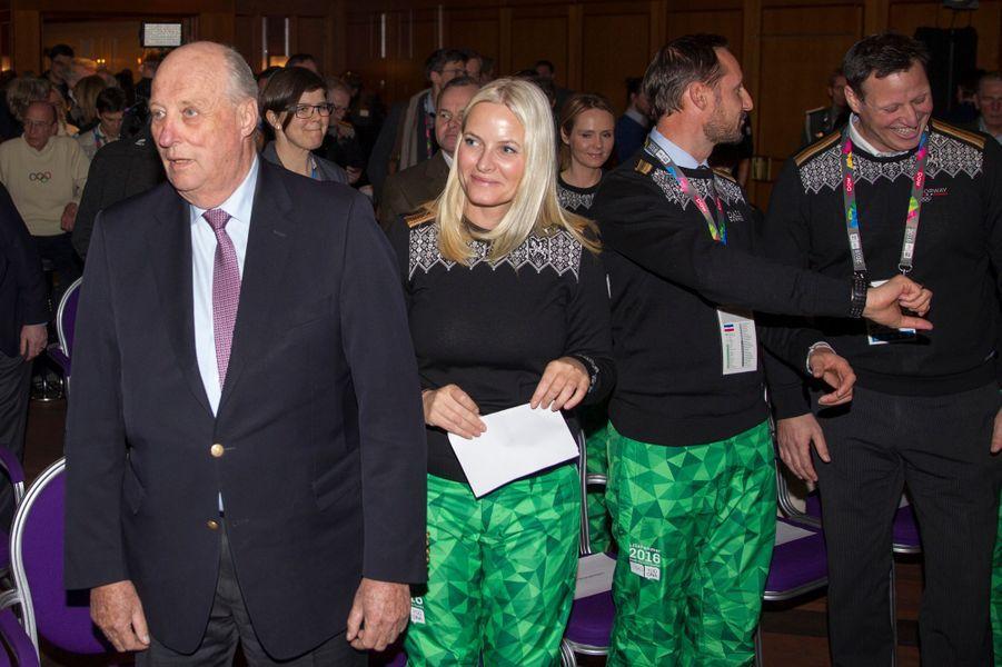 Le roi Harald V de Norvège avec le prince Haakon et la princesse Mette-Marit aux JOJ à Lillehammer, le 12 février 2016