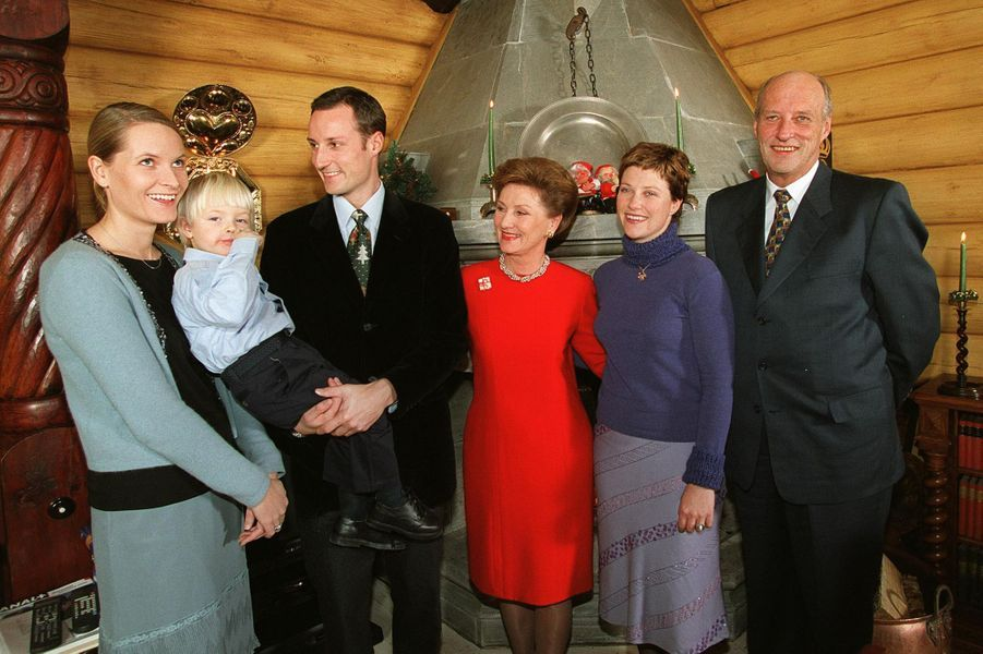 Mette-Marit Tjessem Høiby avec son fils Marius et la famille royale de Norvège avant son mariage, le 21 décembre 2000