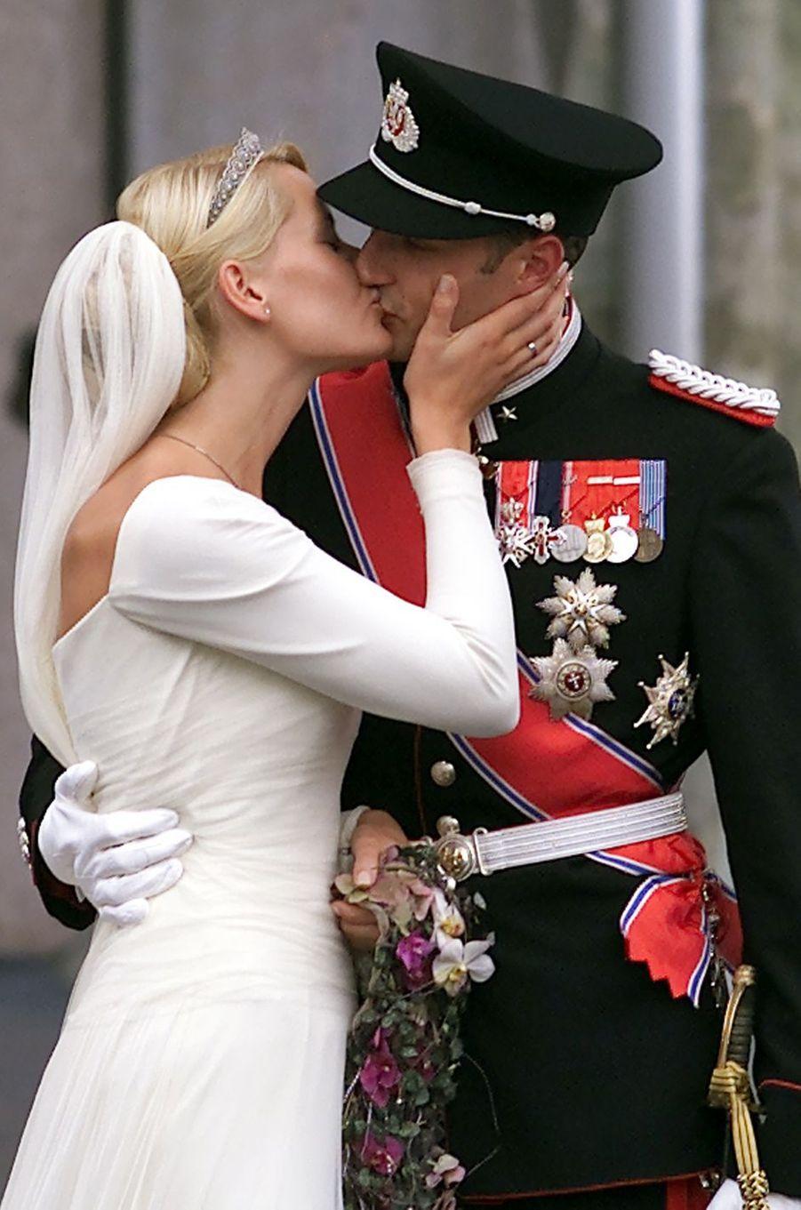 Mette-Marit Tjessem Høiby et le prince Haakon de Norvège le jour de leur mariage, le 25 août 2001