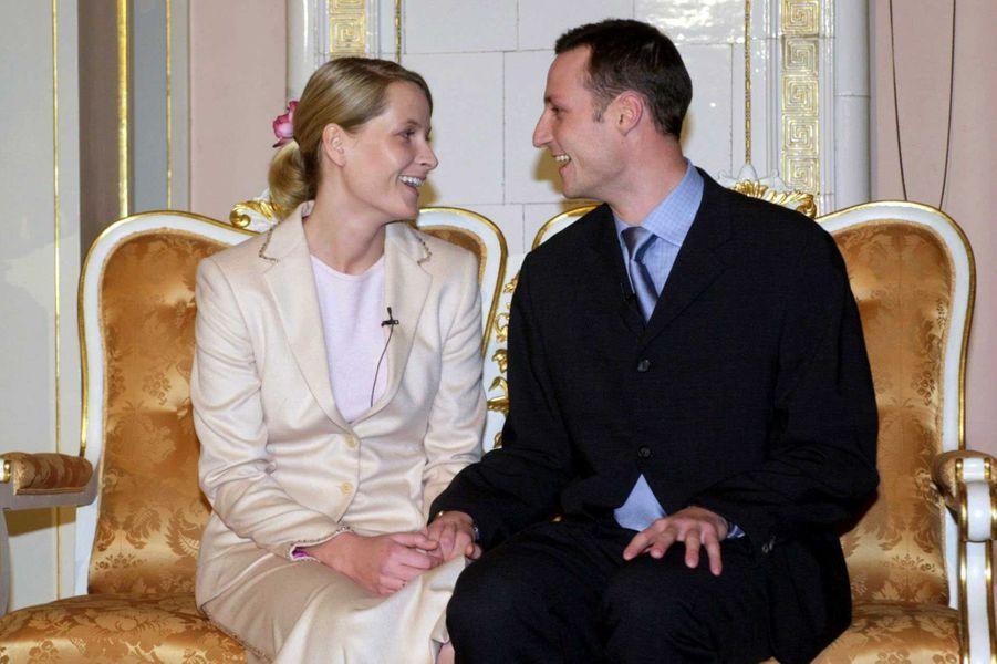 Mette-Marit Tjessem Høiby et le prince Haakon de Norvège le jour de l'annonce de leurs fiançailles, le 1er décembre 2000