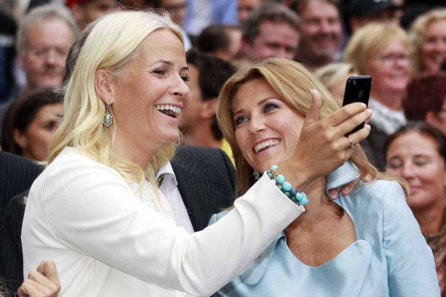La princesse Mette-Marit de Norvège avec sa belle-soeur la princesse Martha Louise, le 25 août 2011