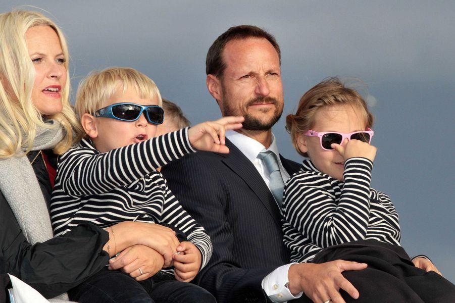 La princesse Mette-Marit et le prince Haakon de Norvège avec leurs deux enfants, le 1er juin 2012