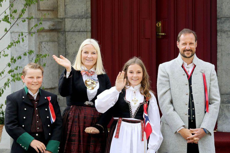 La princesse Mette-Marit et le prince Haakon de Norvège avec leurs deux enfants, le 17 mai 2018