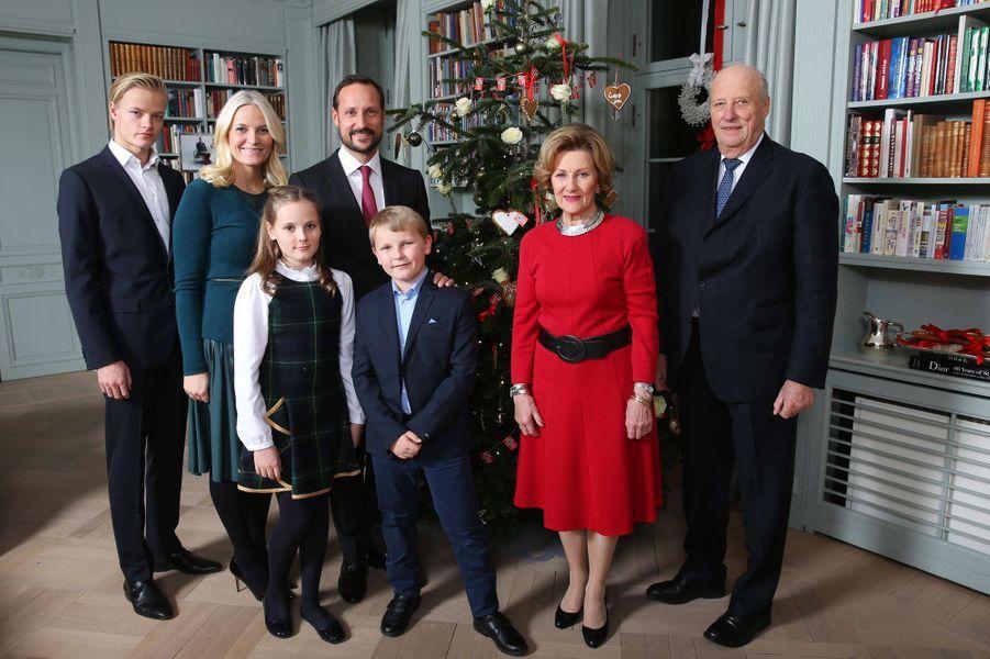 La princesse Mette-Marit et le prince Haakon de Norvège avec leurs enfants et le roi Harald V et la reine Sonja, le 14 décembre 2015