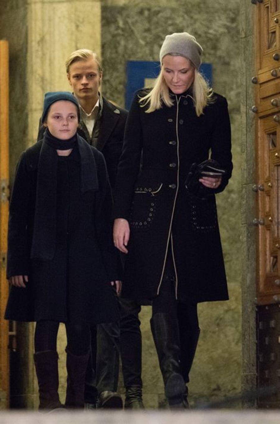 La princesse Mette-Marit de Norvège avec la princesse Ingrid-Alexandra et Marius à Oslo, le 17 novembre 2015