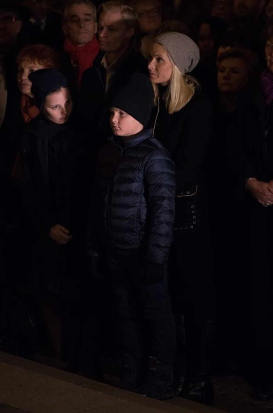 La princesse Mette-Marit de Norvège avec ses trois enfants à Oslo, le 17 novembre 2015