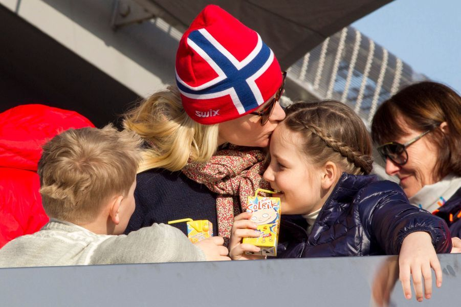 La princesse Mette-Marit avec ses enfants Ingrid-Alexandra et Sverre-Magnus à Oslo, le 15 mars 2015