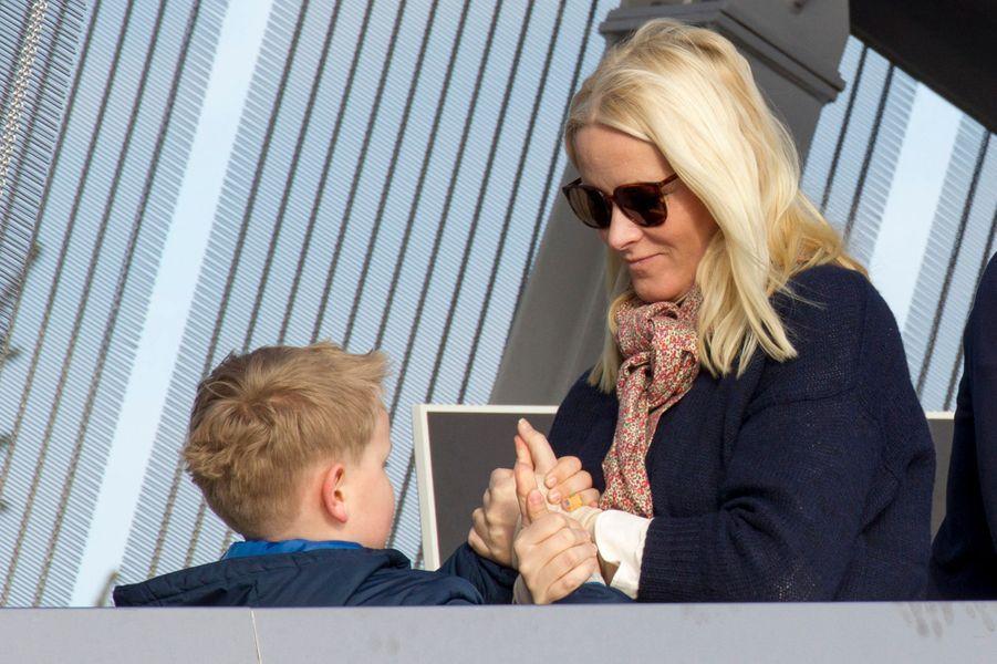 La princesse Mette-Marit de Norvège avec son fils Sverre-Magnus à Oslo, le 15 mars 2015