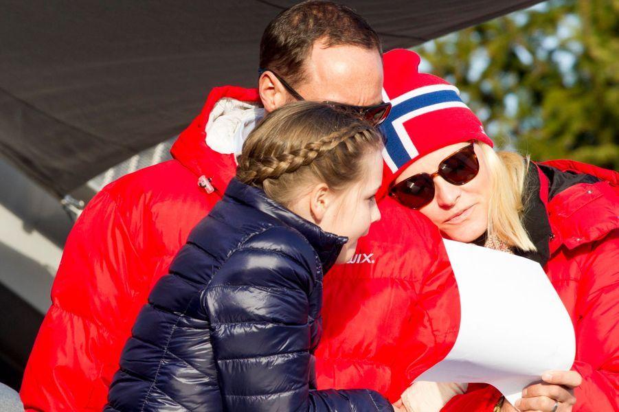 La princesse Mette-Marit et le prince Haakon de Norvège avec leur fille à Oslo, le 15 mars 2015